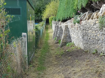 weeds-along-the-wall-pulled-and-overhanging-brambles-cut